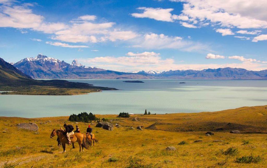 Realizar una ruta a caballo a orillas del Lago Viedma, en Argentina